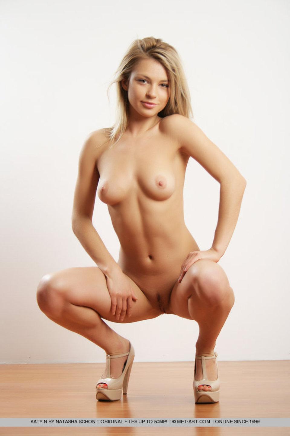 Фото голых телок в платьях 11 фотография